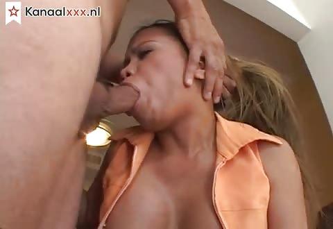 Langzaam neukt de zware penis haar mondje