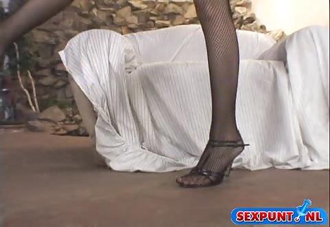 Zij duwt de sextoy op haar kittelaar en ontvangst een climax