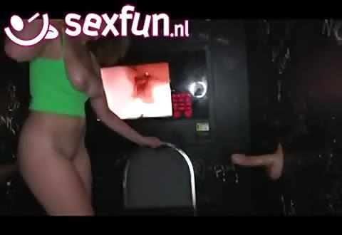 Afwisselend laat ze zich sexen en zuigt de twee lullen