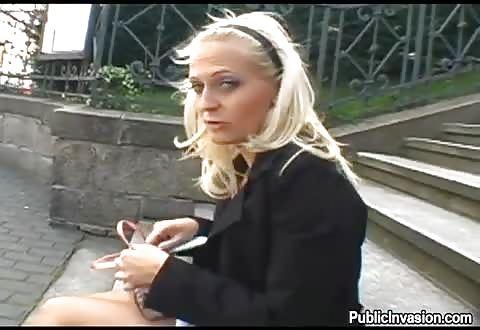 verrukkelijk blond hoertje heeft buitensex voor centen