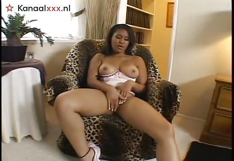 Kijk hoe ik met mijn gezette kalebassen speel en mijn vagina mastubeer